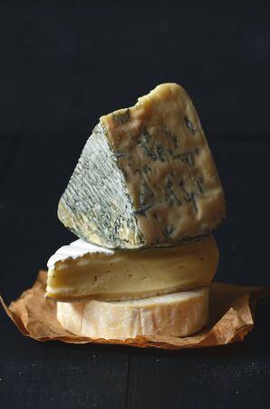 tabla de quesos: Diferentes tipos de quesos: camembert, brie, queso azul Foto de archivo