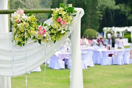 düğün: Açık hava düğün töreni sırasında beyaz çiçekler süslemeleri