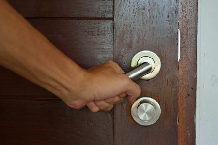 abriendo puerta: Apertura pomo de la puerta Foto de archivo