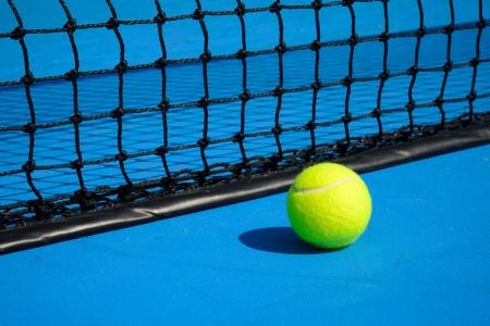Una pelota de tenis en la cancha de tenis photo