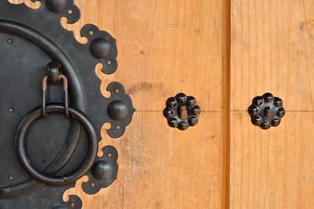 tocar la puerta: puerta de madera y golpear la puerta del estilo coreano Foto de archivo