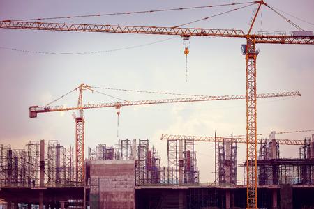 上空の背景、レトロ調画像にクレーンで工事現場