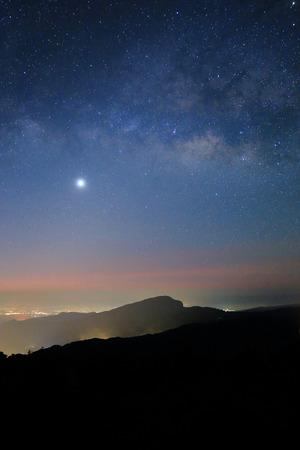 Landschaft der Milchstraße schönen Himmel über Berg Doi Inthanon, Chiang Mai, Thailand Lizenzfreie Bilder