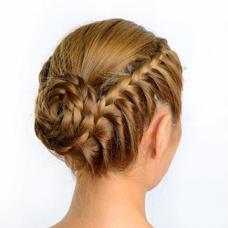 langen Zopf kreative braune Haare Stil isoliert auf weißem Hintergrund