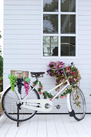 decorated bike: bianco bici in piedi decorata in bianco casa