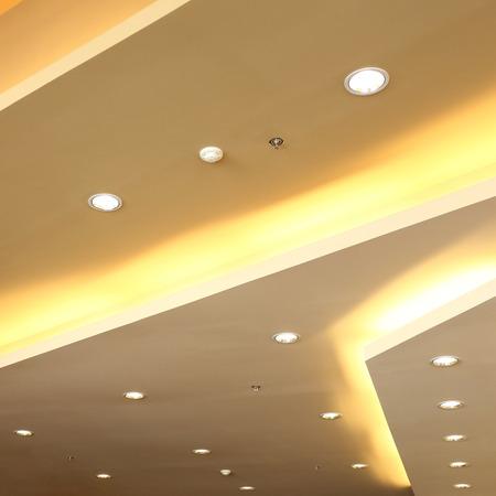 스프링클러 화재 시스템과 천장 현대적인 디자인에 빛의 내부