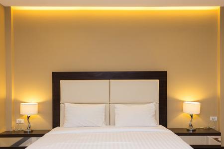 ベッドとランプの装飾と寝室のインテリア 写真素材 - 33716924