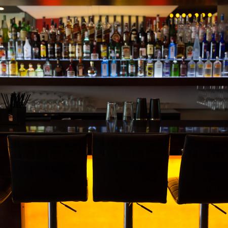 Bartresen mit Stühlen in der Lounge Kneipe Café Lizenzfreie Bilder