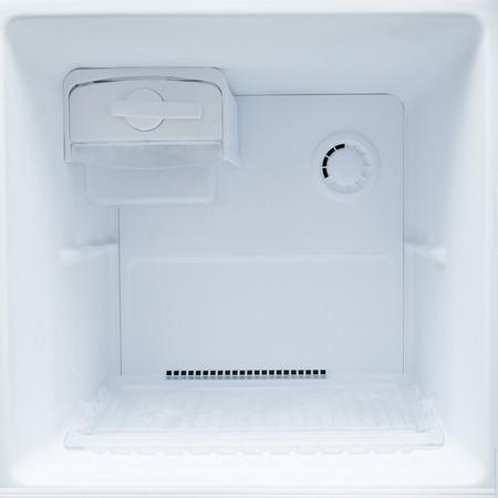 uvnitř: prázdná lednička s mrazákem kuchyňského spotřebiče