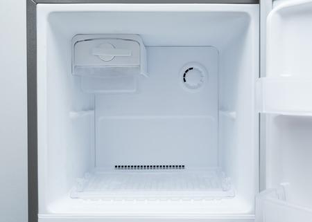 台所用品の空の冷蔵庫冷凍庫