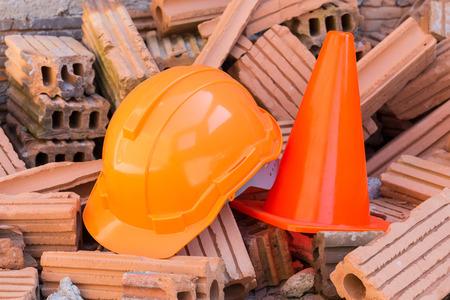 seguridad industrial: duro casco de seguridad y sombrero de cono en obra de construcción