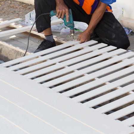 Zimmermann Hände mit Bohrmaschine auf Holz auf Baustelle Lizenzfreie Bilder