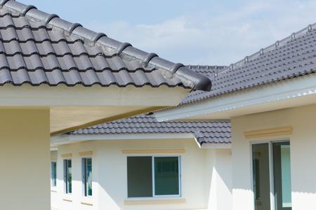 黒い瓦と青い空の家 写真素材 - 36012670