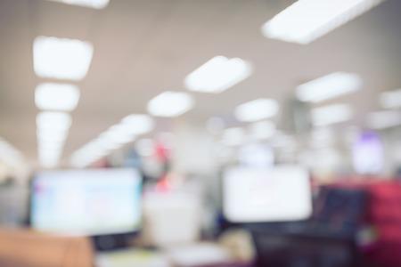 ordinateur de bureau: abstraite flou le travail de fond de la table dans le bureau avec ordinateur pc