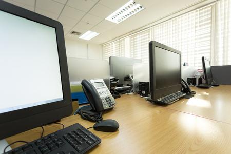 tabel werk in het kantoor met telefoon en computer pc