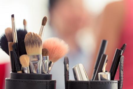 mujer maquillandose: establece pincel de maquillaje para el artista de maquillaje profesional