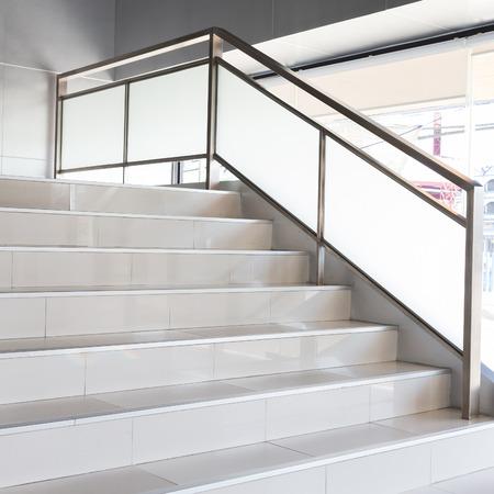 escalera: escaleras blancas en la oficina de negocios moderno