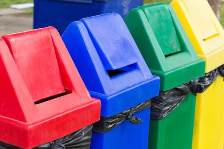 to recycle: colorido de papeleras de reciclaje en el jardín Foto de archivo