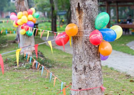 カラフルな風船やフラグで飾られた庭で野外パーティー 写真素材 - 43661183