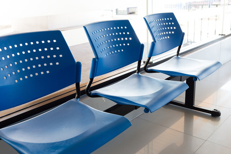 entrevista de trabajo: al cliente zona de espera con filas de asientos azules en la oficina Foto de archivo