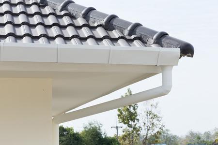 weiß Rinne auf dem Dach des Hauses