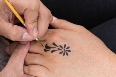 body paint: pintura corporal, el artista utiliza el dibujo de arte en persona mano pincel