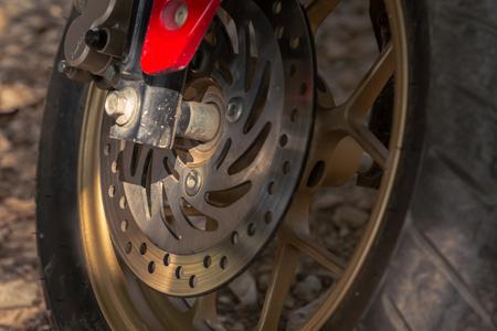frenos: detalle de los frenos de disco de la motocicleta, de cerca la imagen Foto de archivo