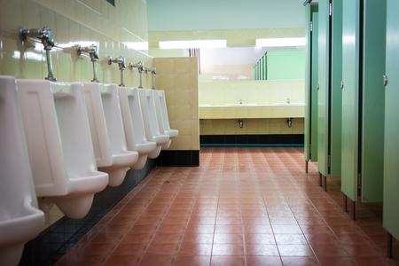 cuarto de ba�o: remar urinarios blancas en el ba�o higi�nico de los hombres Foto de archivo