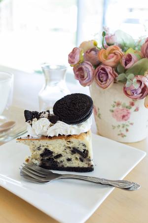 trozo de pastel: slice piece of cake with chocolate cookie