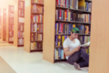 library: desenfoque de fondo de la biblioteca con el estudiante y estanter�a