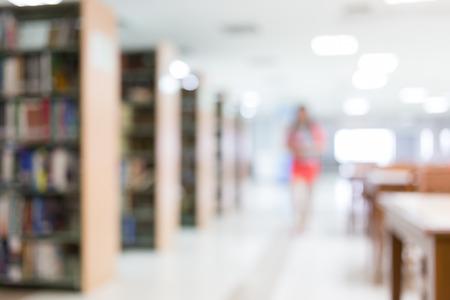 biblioteca: desenfoque de fondo de la biblioteca con el estudiante y estantería