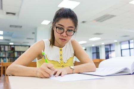 연구 교육, 여자, 종이에 일하는 여성을 작성