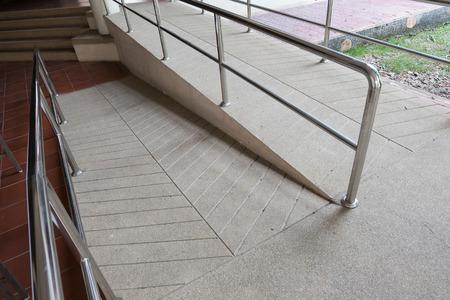 discapacidad: forma de rampa para silla de ruedas de apoyo minusválidos hechas de arena y piedra pequeña de grava lavada piso