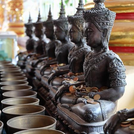 limosna: Estatua y monje de la limosnas Ángel bol con poner las monedas por los donantes en el templo de Wat Suan Dok, Chiang Mai, Tailandia