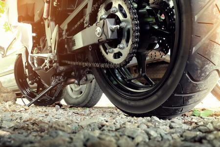 cadenas: cadena trasera y piñón de la rueda de la motocicleta Foto de archivo