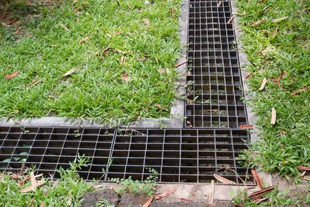 잔디밭에서의 배수의 철창