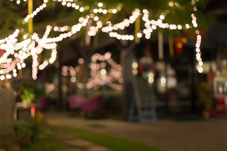 fiesta: decoraci�n de la luz celebre colgado en �rbol, imagen abstracta borrosa fondo desenfocado Foto de archivo