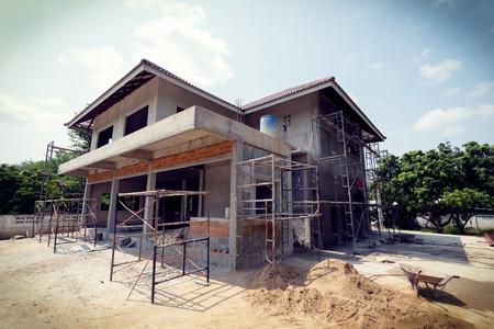 materiales de construccion: la construcci�n de la casa de la construcci�n residencial en acero andamio para trabajador de la construcci�n, la imagen utiliza el filtro de la vendimia
