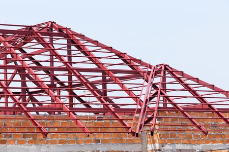siderurgia: viga de acero estructural en el techo de la construcción de edificios residenciales