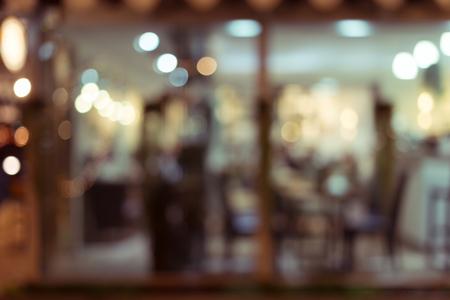 밤에 빛 빛나는 추상적 인 이미지를 흐리게 장식 인테리어 레스토랑