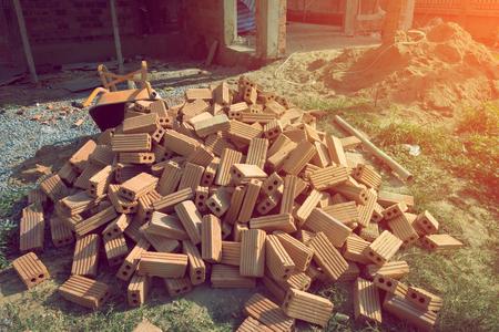 materiales de construccion: bloque de ladrillo utilizada para fines industriales en sitio de construcción de edificios residenciales