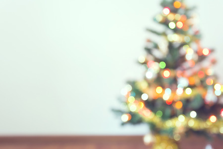 arbol: difuminar celebraci�n luz sobre el �rbol de navidad con el fondo de la pared blanca