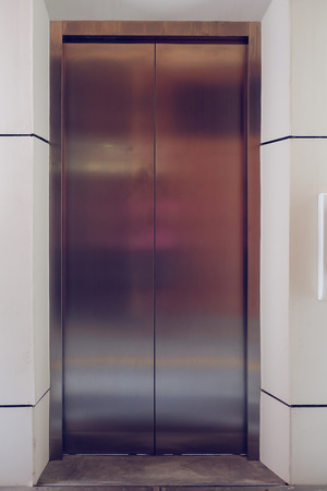 cerrar la puerta: modern metal elevator close door in building office