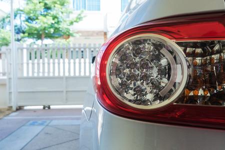semaforo rojo: coche aparcado en el garaje, que forma parte de primer plano de la luz trasera del coche Foto de archivo