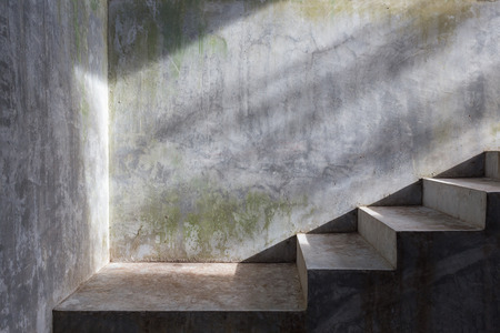concrete: cimentar escalera de hormigón con sol en el fondo de la pared de mortero Foto de archivo