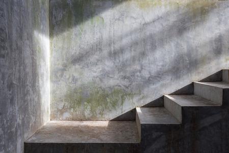 escalier en béton de ciment avec soleil sur fond de mur de mortier