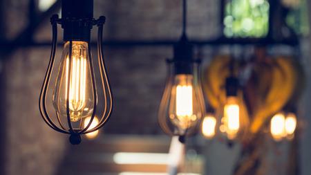 Lámpara colgante de luz eléctrica decorar interiores casa en el día de Navidad Foto de archivo