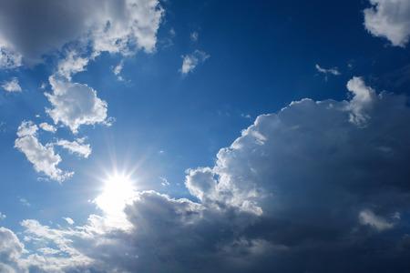 estado del tiempo: cielo cielo despejado, sol en el cielo azul con nubes, rayos del sol, solar de la potencia de energía limpia