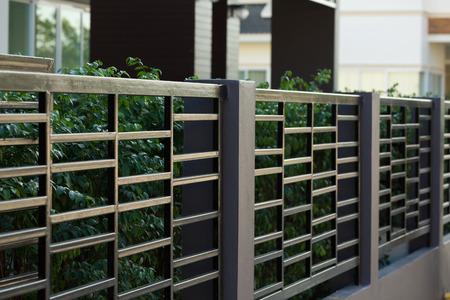 주거 집 현대적인 스타일의 검은 강철 울타리 스톡 콘텐츠