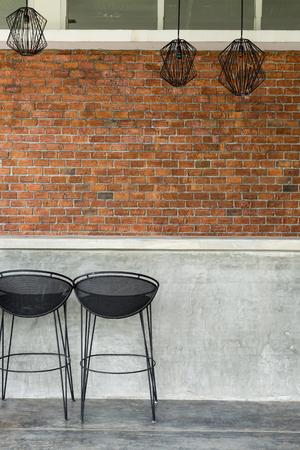 좌석 바 의자와 벽돌 벽 배경 시멘트 카운터 나이트 클럽